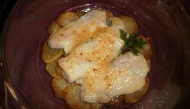 merluza con patatas y mayonesa al horno