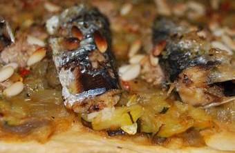 Coca salada de atún y sardinas