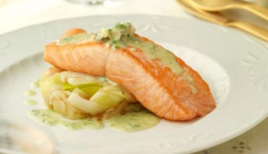 salmon-en-salsa-cabrales-con-puerro-y-cebolla