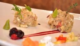 tartar de atun rojo con soja manzana queso de cabra y frutos rojos