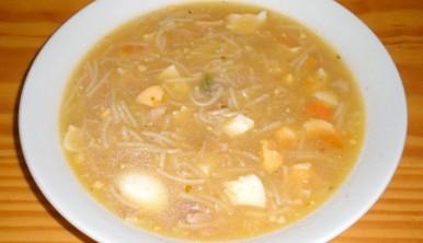 sopa-de-pollo-con-fideos-y-huevo-duro
