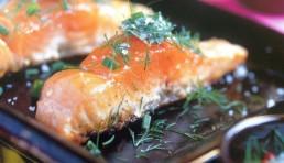 salmon a la plancha con hierbas y sal gruesa