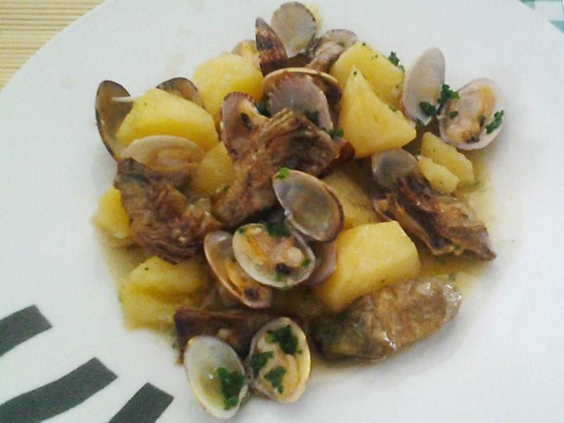 Patatas con alcachofas y almejas