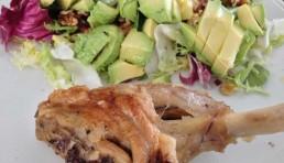 paletilla-de-cabrito-al-horno-con-ensalada