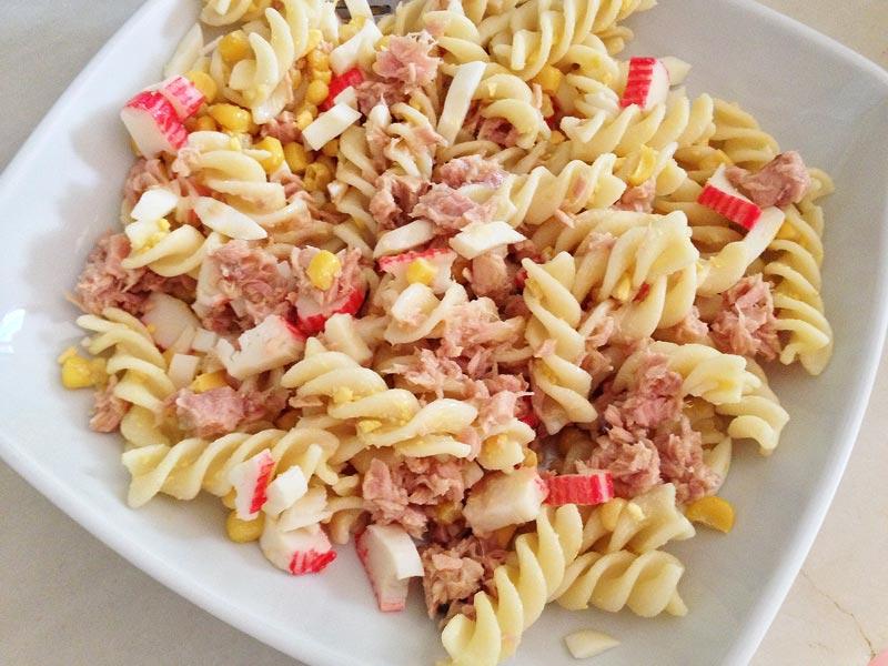 Ensalada de pasta con at n ma z surimi y huevo receta - Como se hace la salsa pesto para pasta ...