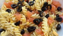 ensalada-de-pasta-con-salmon-y-aceitunas-negras