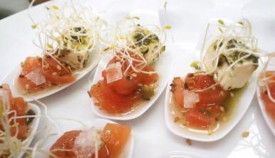 cucharita-de-tomate-concasse-queso-feta-marinado-y-aceite-de-albahaca