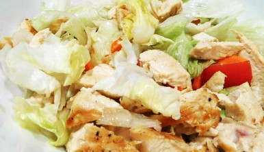 Ensalada de pollo y huevo duro
