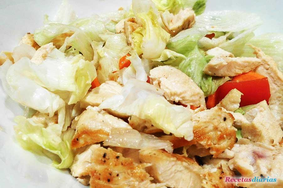 Ensalada de pollo y huevo