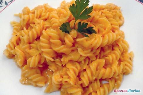Fusilli con salsa de queso y tomate