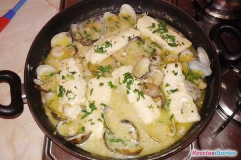 Lomos de merluza en salsa con almejas y gambas receta de - Cocinar merluza al horno ...