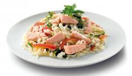 salteado de arroz con verduras y salmón