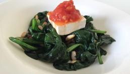 espinacas con pasas pitones tofu y mermelada de tomate