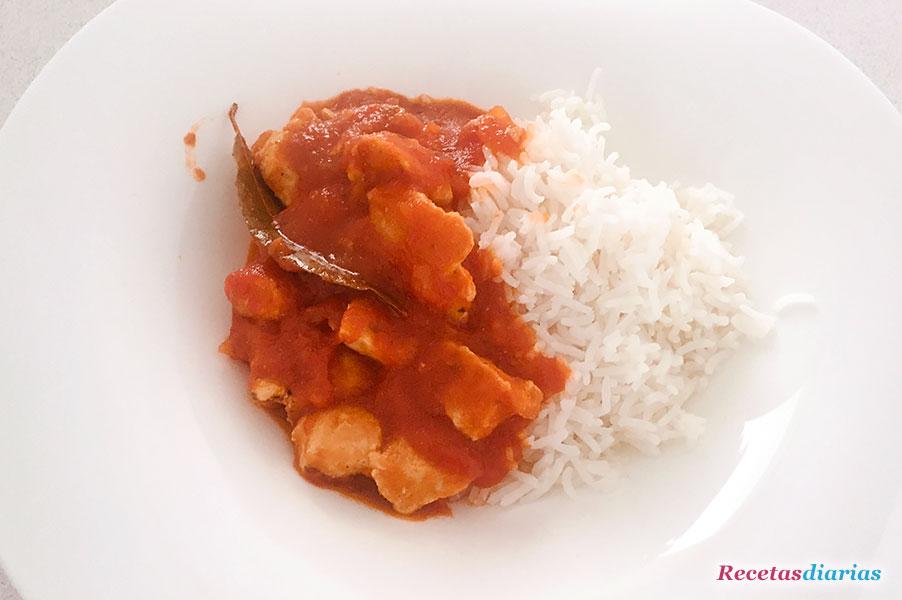 Pollo con tomate especiado y arroz basmati